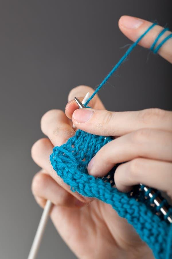 递编织的妇女年轻人 库存照片
