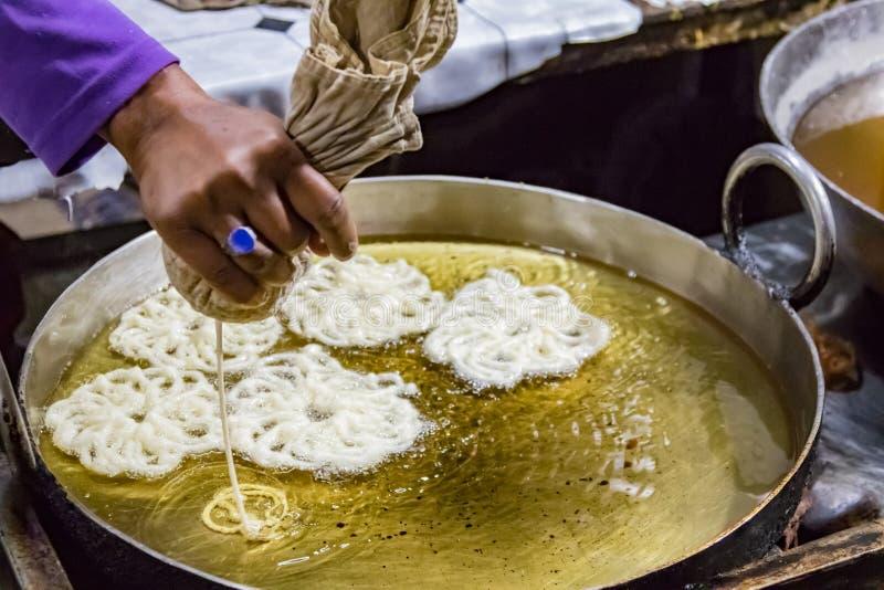 递被看见的倾吐的酥皮点心入一顿象椒盐脆饼的快餐的热油 库存照片