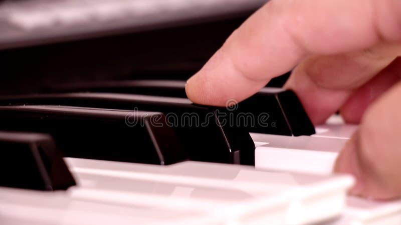递钢琴 免版税库存图片