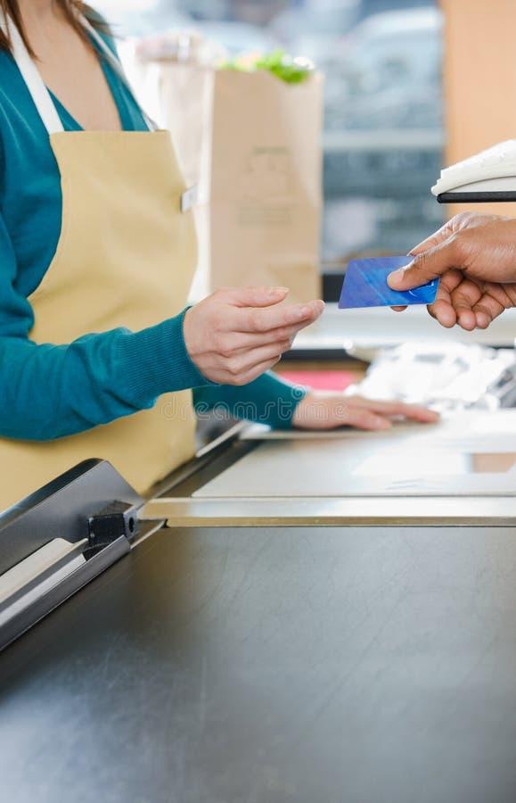 递销售助理信用卡的顾客 图库摄影