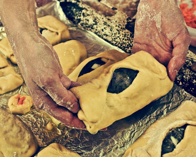 递面包师用饼。 免版税库存图片
