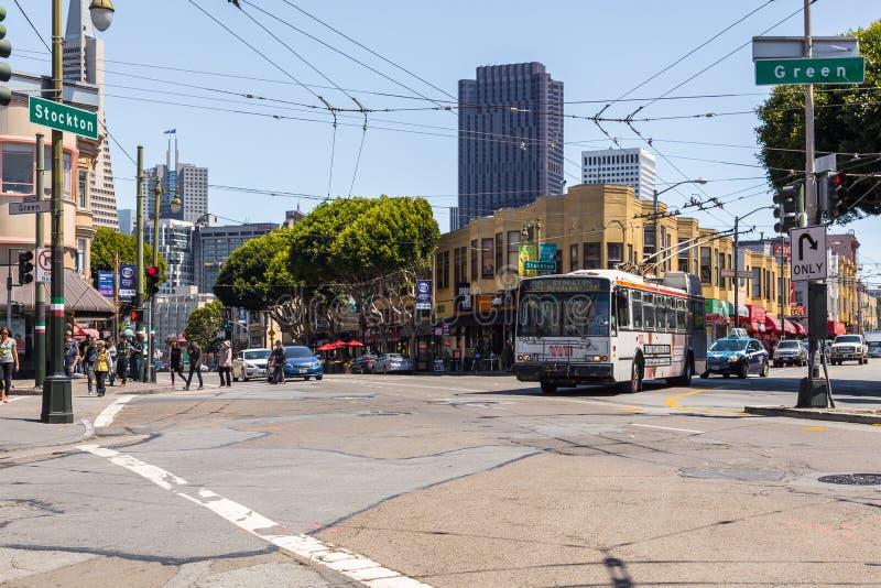 途经美国加利福尼亚州旧金山斯托克顿和格林街的大交叉路口的巴士 库存图片