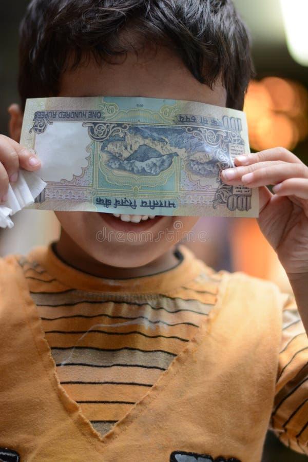 逗人喜爱和害羞的孩子 免版税库存图片