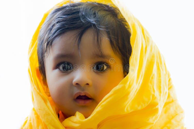 逗人喜爱和愉快的印地安男婴照片有传神眼睛的 免版税库存照片