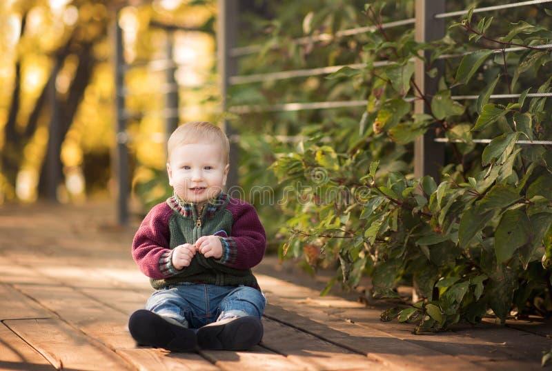 逗人喜爱和时髦的小男孩 免版税库存图片