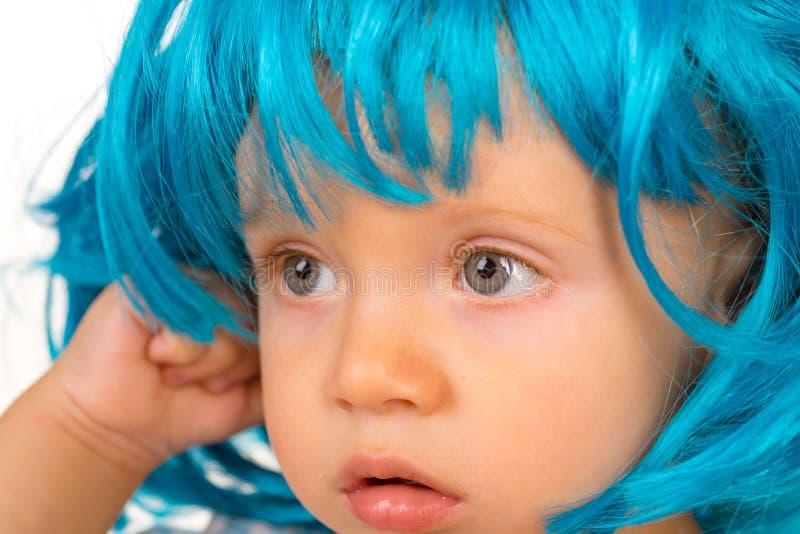 逗人喜爱和时髦 在花梢假发发型的小孩子 小儿童穿戴蓝色假发头发 时尚假发的可爱的小孩 免版税库存照片