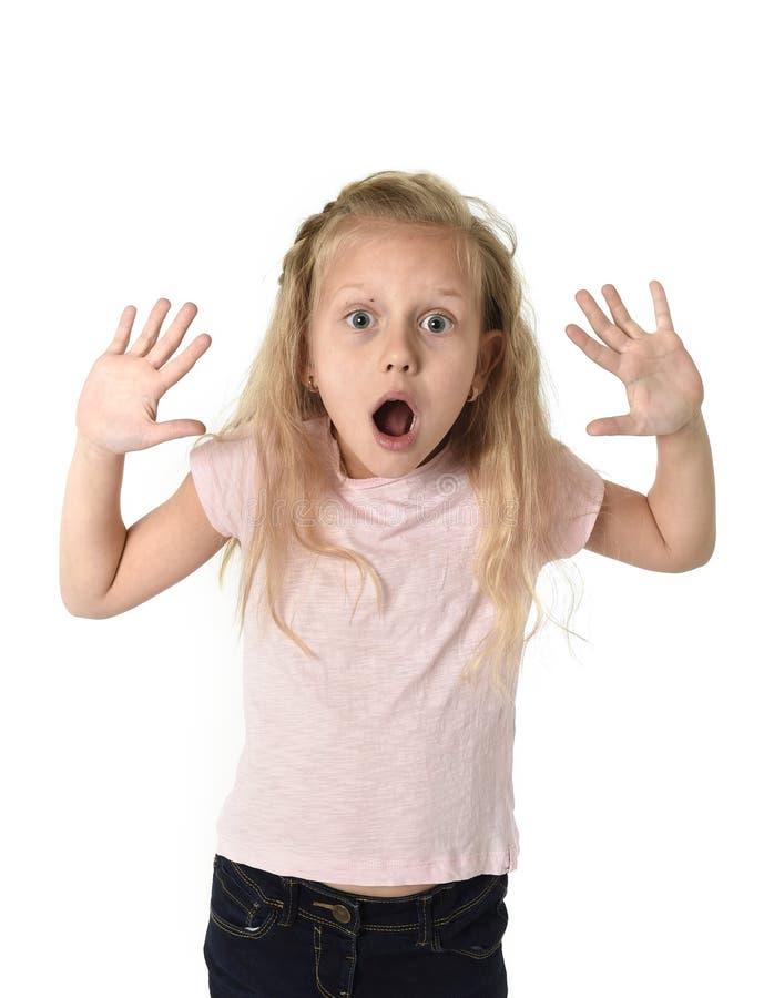逗人喜爱和甜小女孩怀疑地和惊奇面孔表示看在schock惊奇了 免版税库存图片