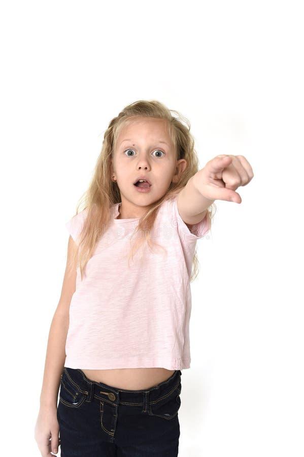 逗人喜爱和甜小女孩怀疑地和惊奇面孔表示看在schock惊奇了 免版税库存照片