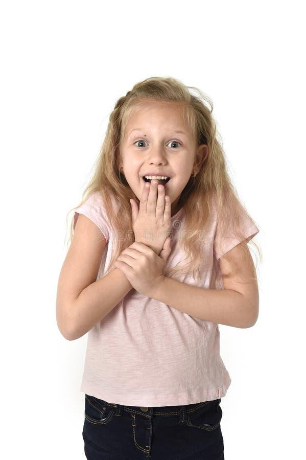 逗人喜爱和甜小女孩怀疑地和惊奇面孔expres 免版税图库摄影