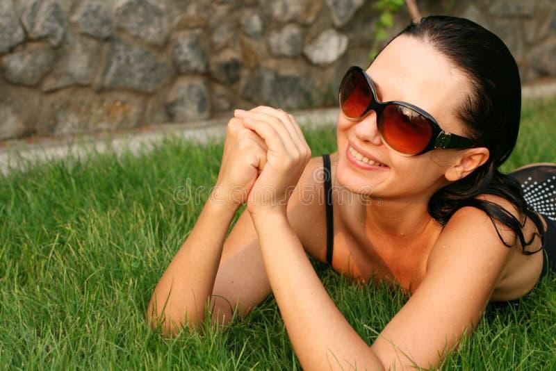 逗人喜爱女孩草位于 图库摄影