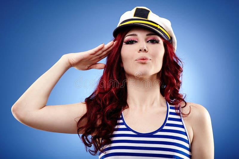 逗人喜爱女性水手向致敬 免版税库存照片