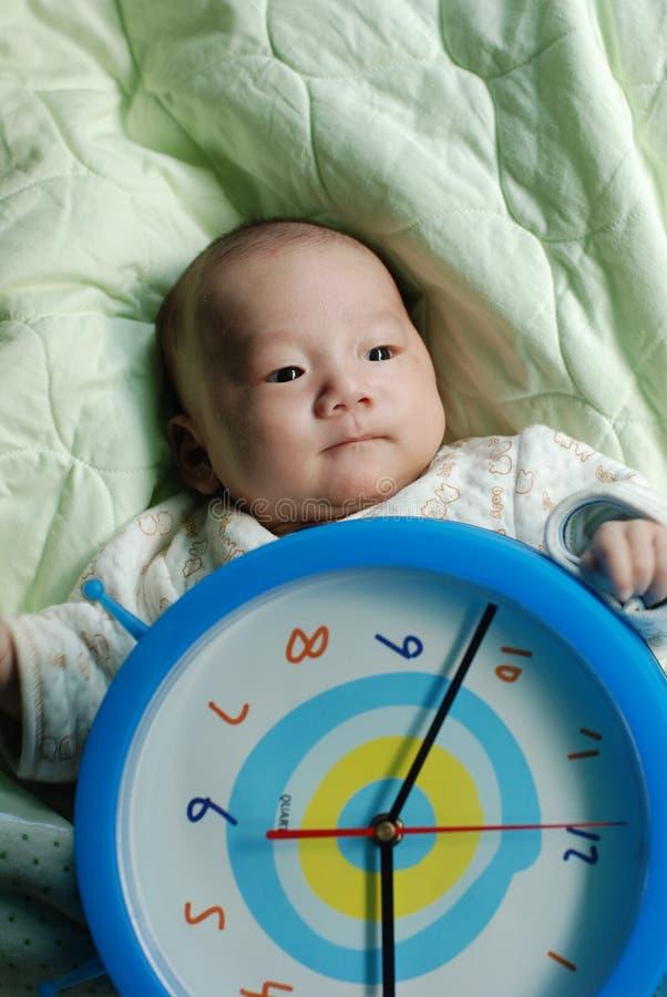 逗人喜爱婴孩的时钟 库存照片