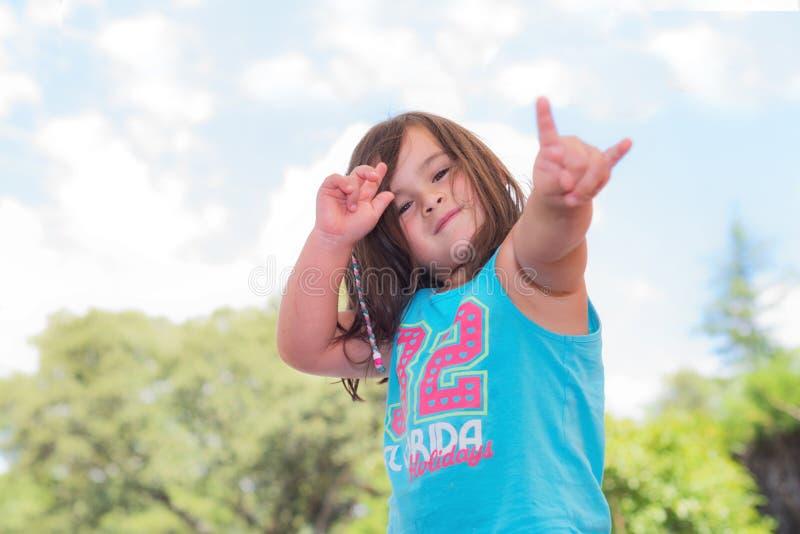 逗人喜爱小女孩使用室外 免版税库存照片