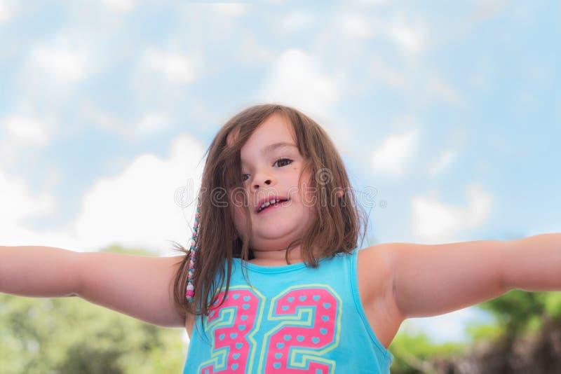 逗人喜爱小女孩使用室外 免版税图库摄影