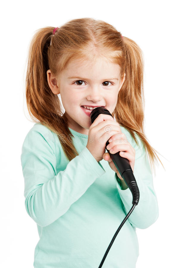逗人喜爱小女孩唱歌 免版税库存照片