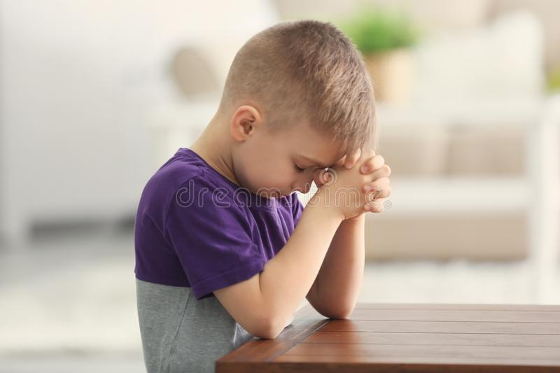 逗人喜爱小男孩祈祷 库存照片