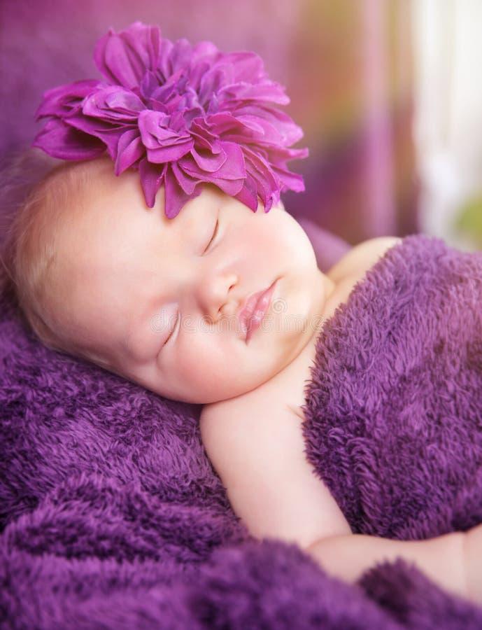 逗人喜爱新出生女孩睡觉 免版税库存照片