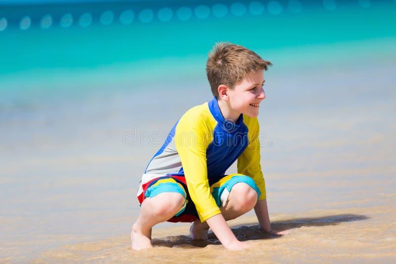 逗人喜爱海滩的男孩 免版税库存照片