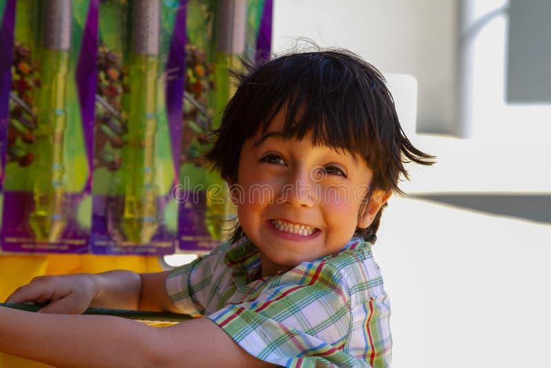 逗人喜爱男孩特写镜头画象微笑 免版税库存图片