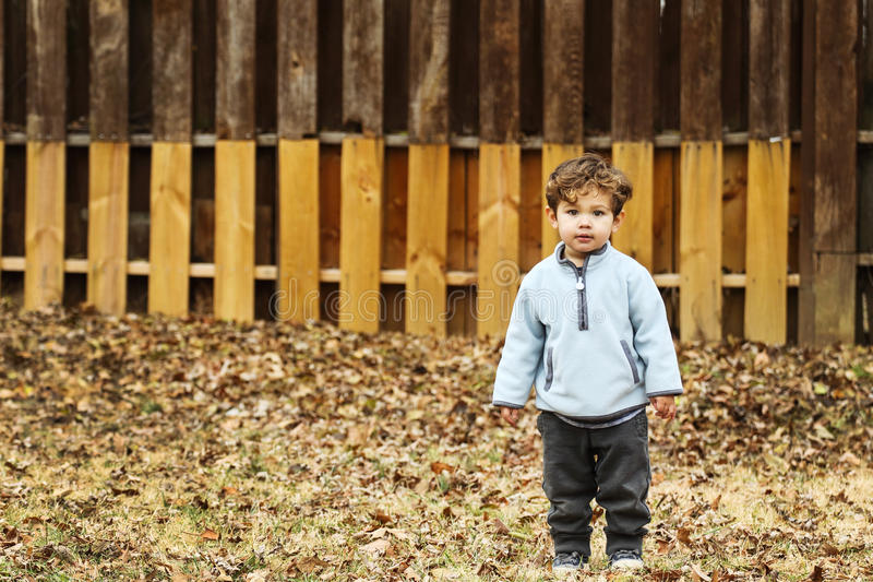 逗人喜爱男孩的照相机查找的一点 免版税库存图片