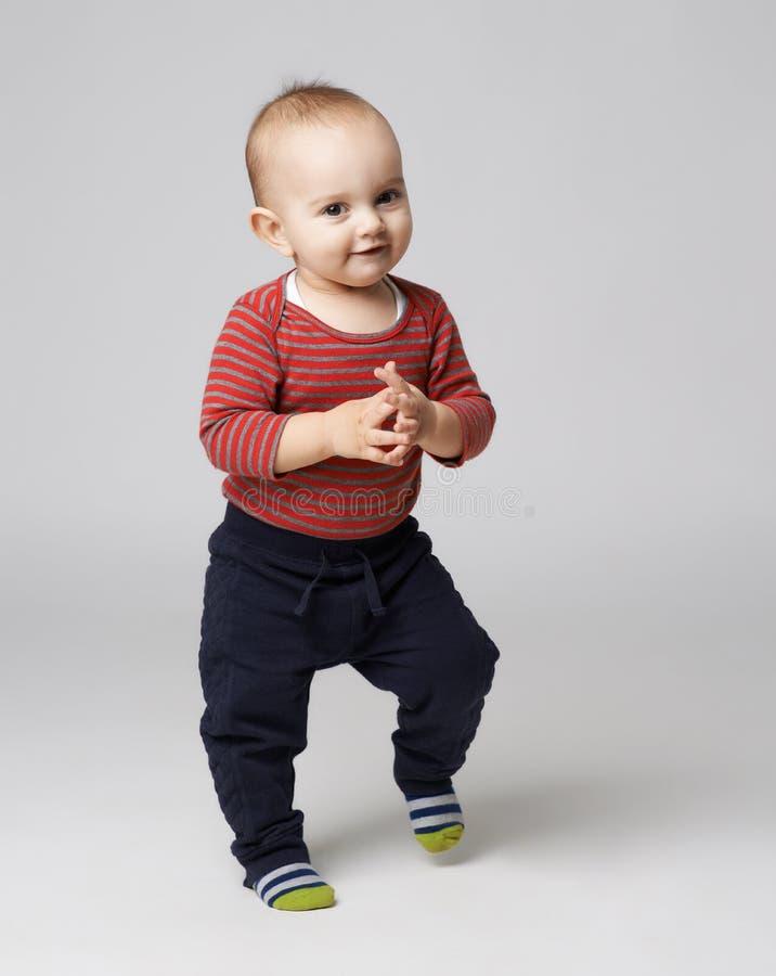 逗人喜爱男孩跳舞拍手 免版税库存图片