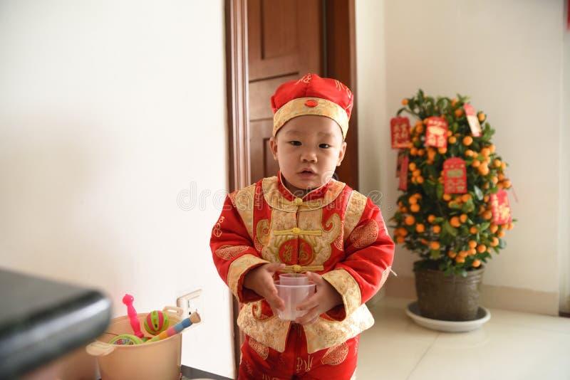 逗人喜爱的中国孩子在传统欢乐服装穿戴了 免版税库存照片
