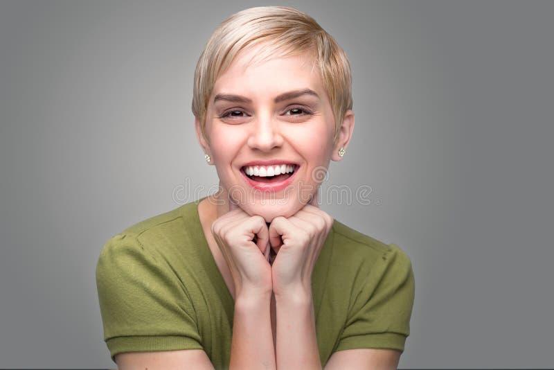 逗人喜爱的乐趣起泡的可爱的个性现代年轻新小精灵理发完善的牙微笑 库存照片
