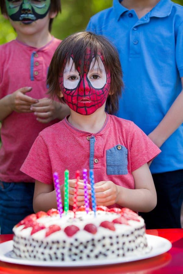 逗人喜爱的五岁男孩,庆祝他的生日在公园 免版税库存图片