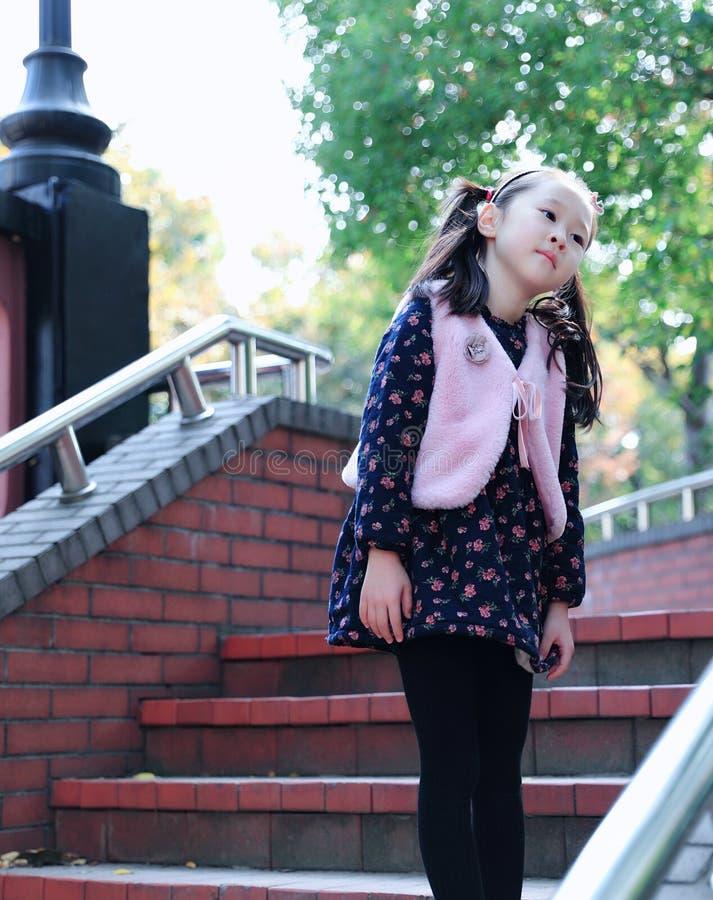 逗人喜爱的亚洲矮小的美好的女孩戏剧秋天在城市公园 库存照片