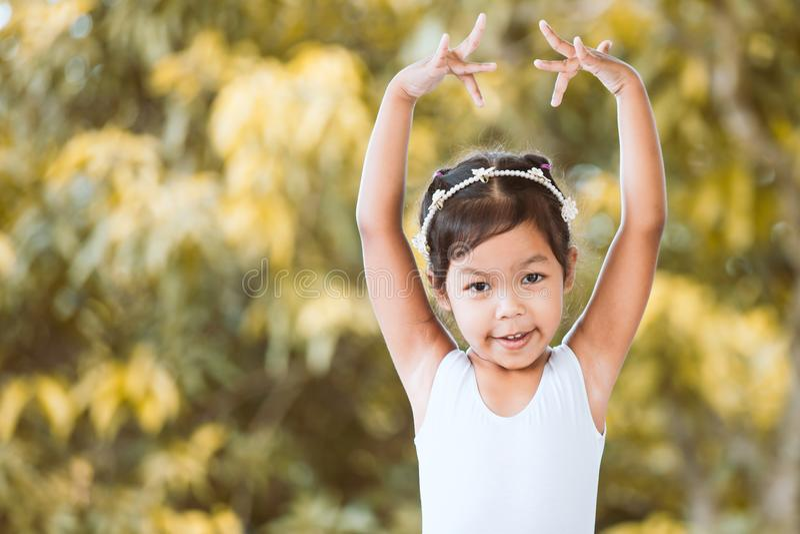 逗人喜爱的亚裔儿童女孩实践芭蕾 免版税库存照片