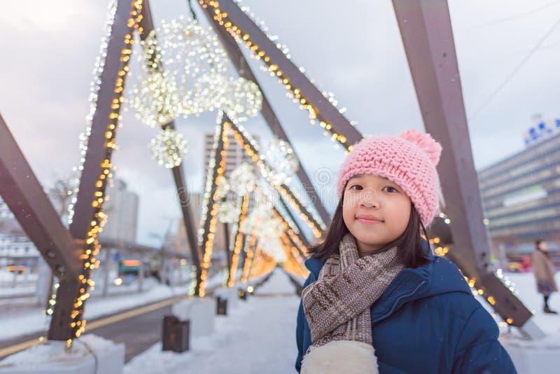 逗人喜爱的亚裔女孩在冬天 免版税库存图片