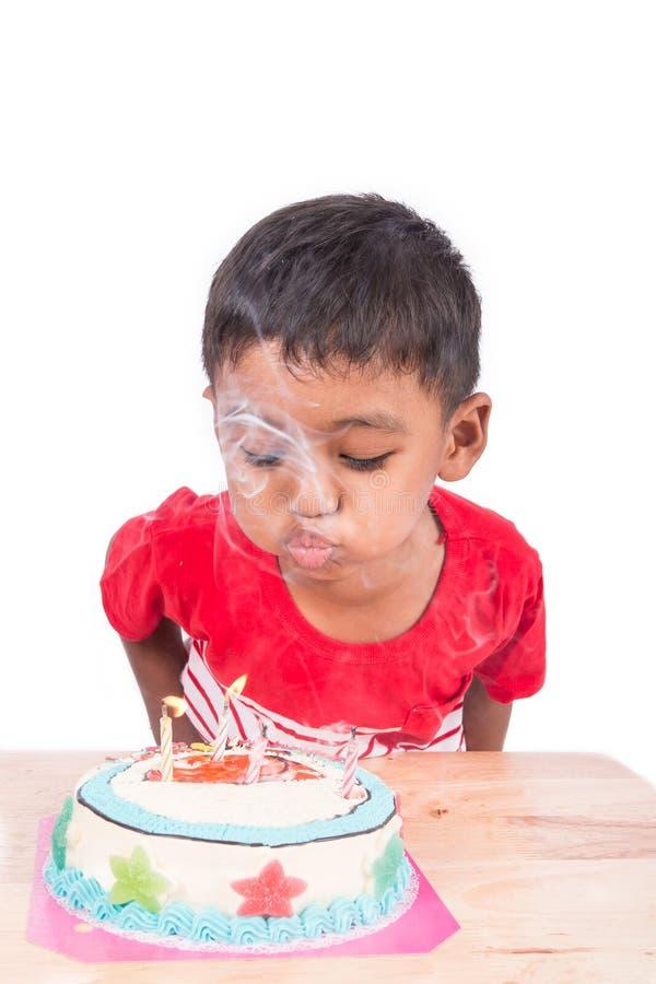 逗人喜爱的亚裔小孩男孩吹的蛋糕 图库摄影