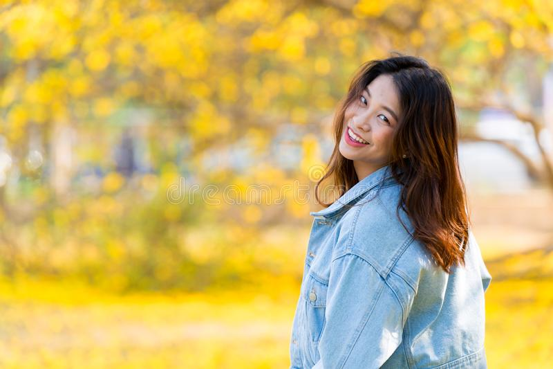 逗人喜爱的亚裔愉快妇女逗人喜爱的青少年的微笑 库存照片
