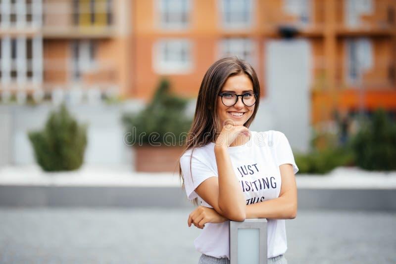 逗人喜爱的俏丽的体育女孩画象有愉快的微笑的,戴飞行员眼镜,害羞的面孔表示 免版税库存图片