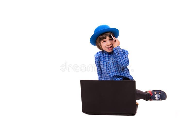 逗人喜爱的典雅的男孩谈话由电话 免版税库存图片