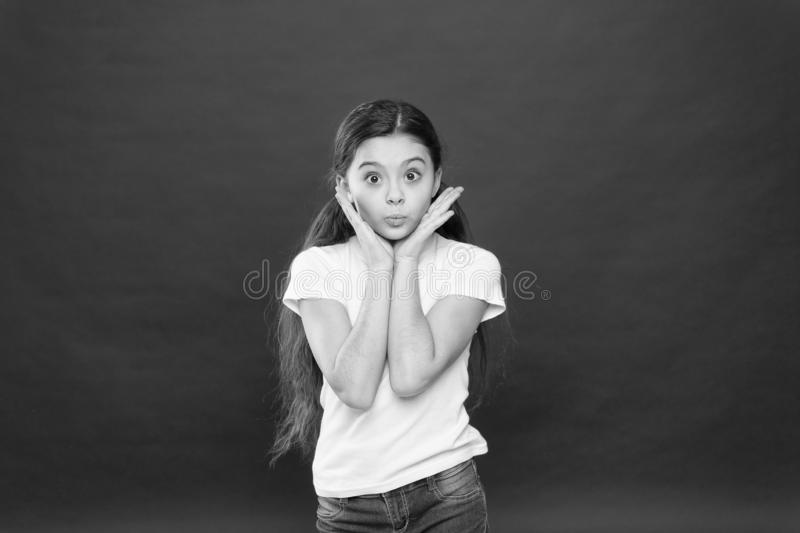 逗人喜爱的卖弄风情的扫视 完善的面孔关心和skincare 没有构成的可爱的女孩 skincare秀丽神色  库存图片