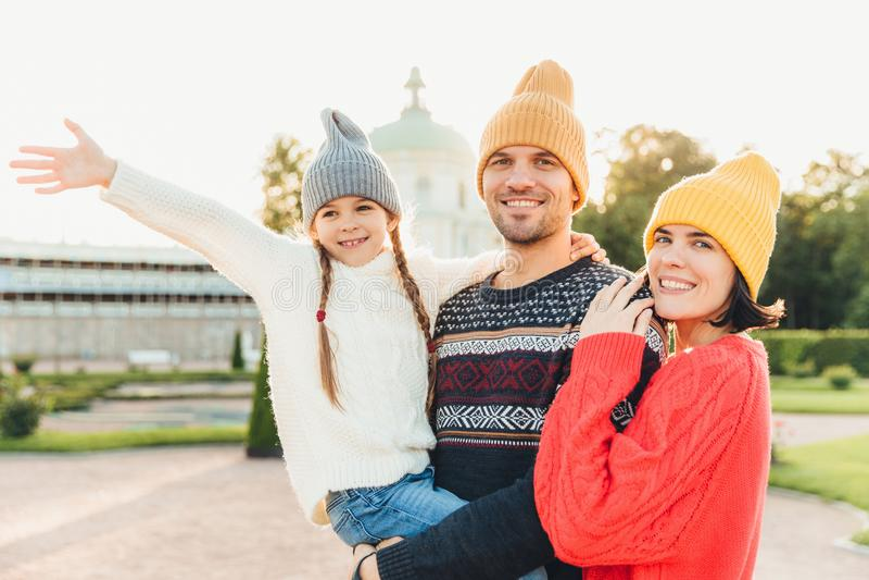 逗人喜爱的可爱的女孩在父亲` s手上,摇她的手看见事美妙入距离,花费她的与fathe的业余时间 库存图片