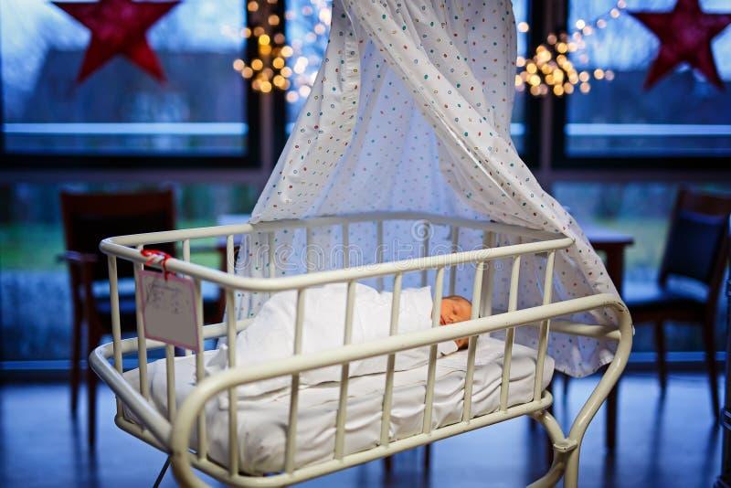 逗人喜爱的可爱的新出生的女婴画象在诞生医院 免版税库存图片