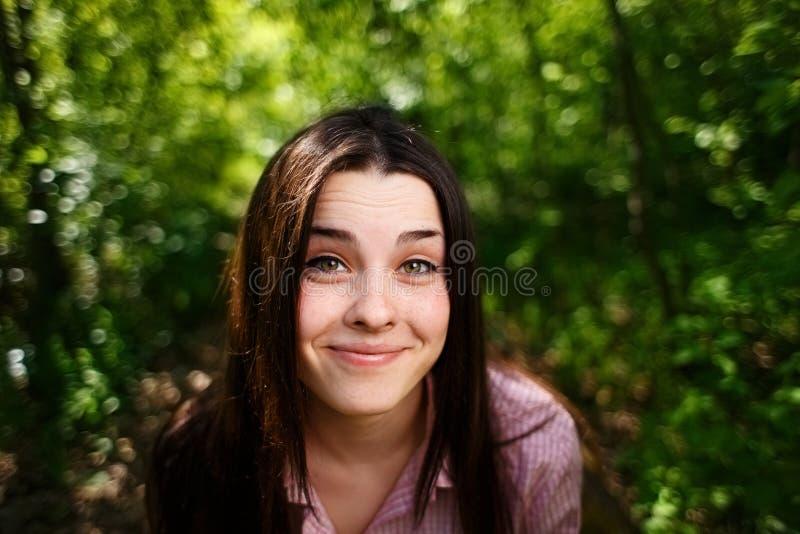 逗人喜爱的可爱的滑稽的年轻微笑的妇女画象  库存照片