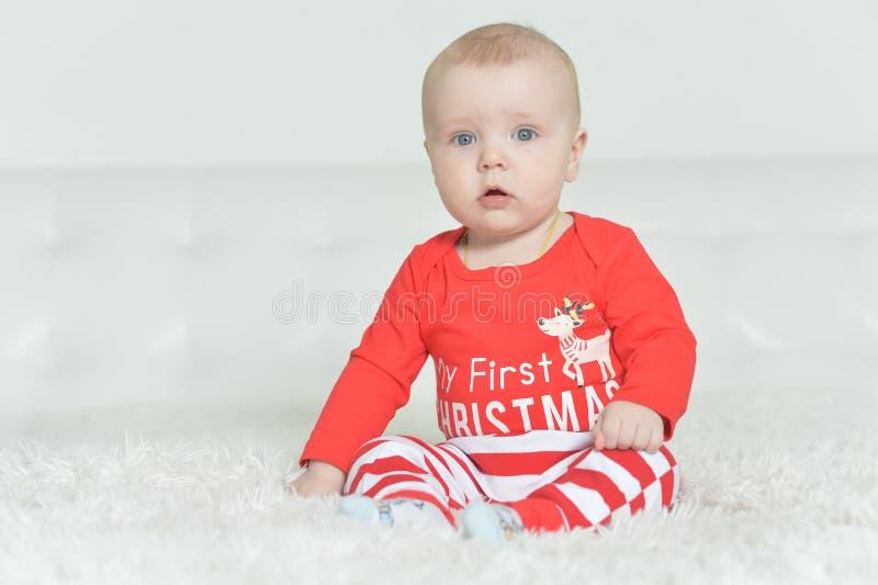 逗人喜爱的可爱的男婴画象背景的 免版税库存照片