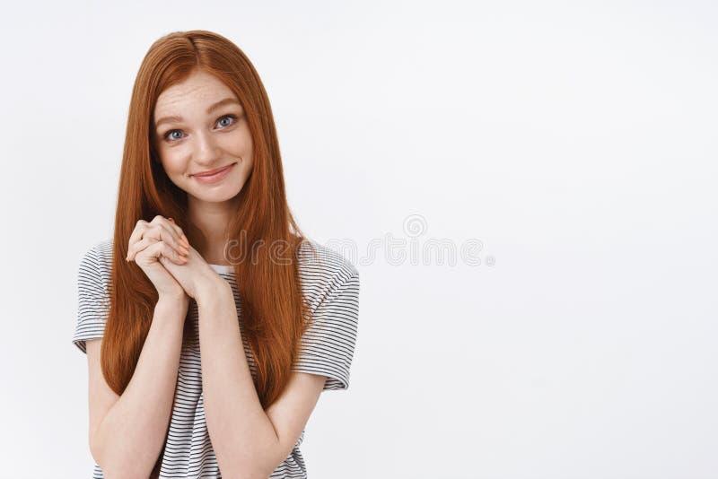 逗人喜爱的吸引人嫩年轻红头发人女孩蓝眼睛接触了精密感人的姿态钩子手感恩微笑 免版税库存照片