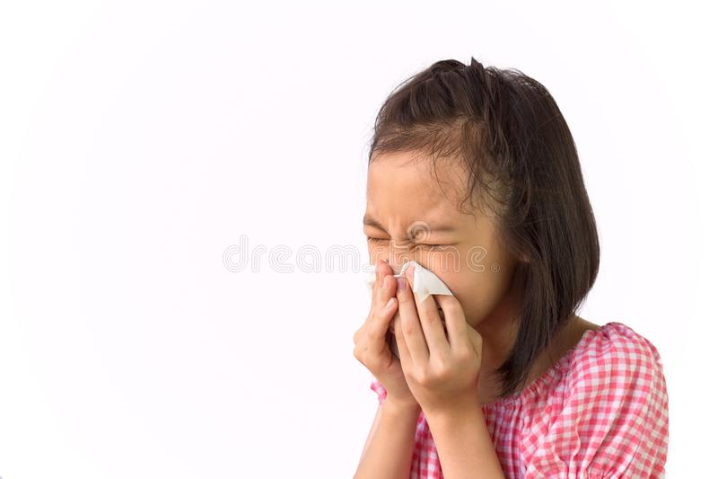 逗人喜爱的在纸手帕,打喷嚏在组织的亚裔女孩的女孩吹的鼻子画象隔绝在白色背景,干草 免版税库存图片