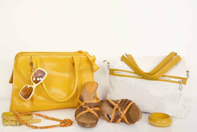 逗人喜爱的夏天黄色请求与配比的凉鞋和辅助部件 库存图片
