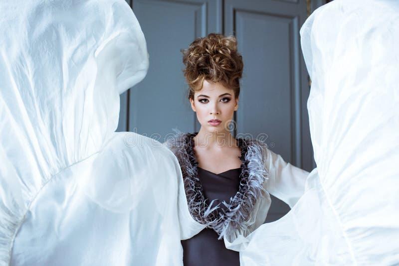 逗人喜爱的夫人时兴的女性画象户内礼服的 免版税库存图片