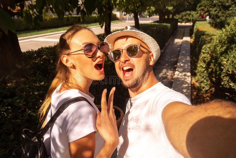 逗人喜爱的夫妇在街道做selfie 免版税库存图片