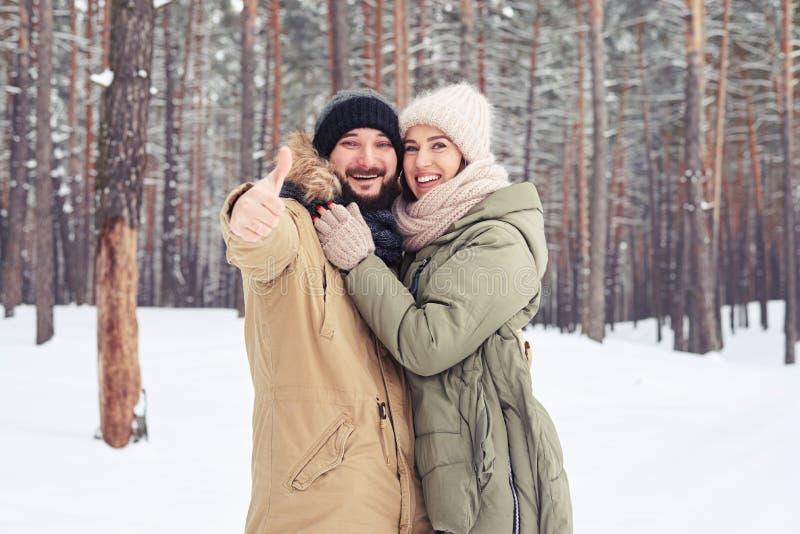 逗人喜爱的夫妇表现出好心情通过举行赞许 免版税库存图片