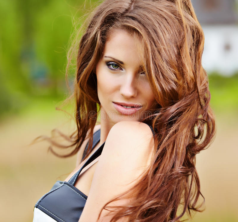 逗人喜爱的头发的纵向红色妇女年轻&# 库存照片