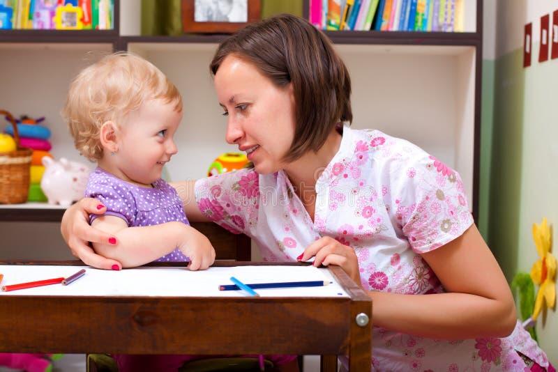 逗人喜爱的女儿她的母亲 免版税库存照片
