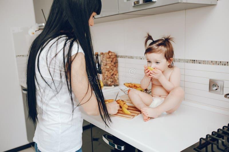 逗人喜爱的女儿母亲 图库摄影