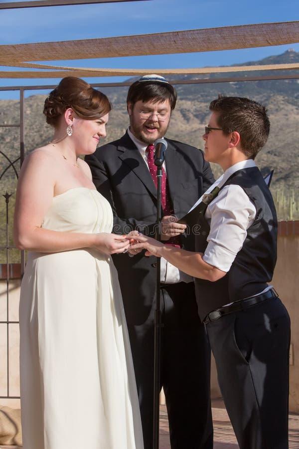 逗人喜爱的女同性恋的夫妇婚姻 免版税库存图片